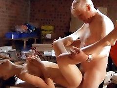 Utrolig ung jente som knuller gammel mann som gir ham hennes stramme fitte