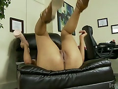 Saggy tittied babe tries to satisfy her cunt with lady james toy