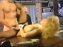 Mlada Nina Hartley je zajebal s pohoten master Ray Zmago v vintage porno prizor