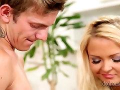Kogenud blond hoor õpetab bi-mees, kuidas tulla toime suurte kukk