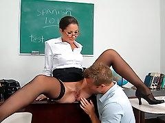 Strog učitelj dekle Jayne izkaže, da je zdrav cougar
