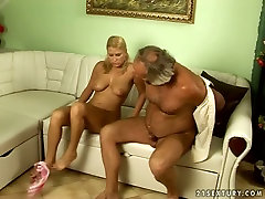 Drobne blond najstnica je banged težko po stari prdec v umazano staro mlade vraga scene