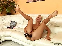 Craving for cock blonde bitch masturbated with huge madura cogiendo jovencito dildo