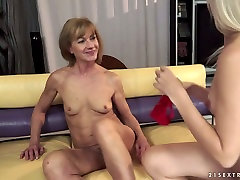 Mature horny mommy is getting her hairy pussy licked actively