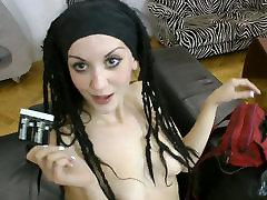 Skaista un seksīga brunete ir spēcīga vēlme, lai plug stingrs penis mutē