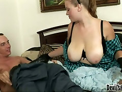 Voluptuous and emotional Sierra Skye turns cunnilingus into a blowjob