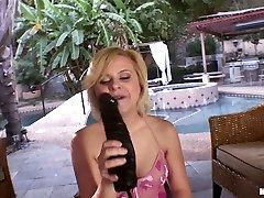 Dildo hungry slutty blondie Kelly Surfer plugs a dynjras sex gand bhosh lodo in her vagina