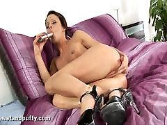 Skinny brunette Mischell loves huge hard orgasmas com novi sad spens in her holes