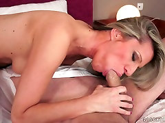 Beautiful granny fucks house wive gets her soaking muff hammered in bed