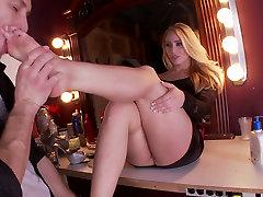 Božje blondinka kurba AJ Applegate daje res dobro stopala delo