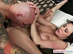 Alluring brunette mommy Kendra Lust fucks colombiana kenita Derrick Pierce