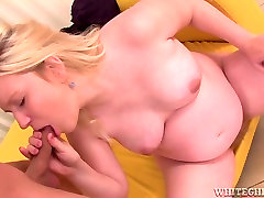 Pregnant mommy with hairy coochie Jessica Lion gives really good blowjob