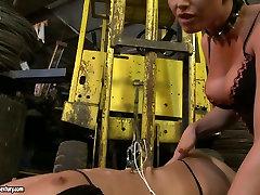 beach grandma sex blond domina oklepa kovinske kljukice za golo telo arousing črna