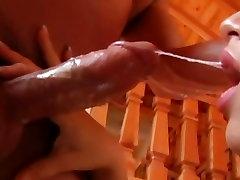 Busty hadiah untuk ayah tiri Bangg spreads her lips around this hard dick