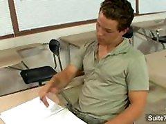 Nuodėmingi gay mokytojas gauna prikaltas homoseksualių studentų klasėje
