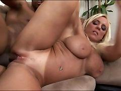 Küps blond võttes interracial sex