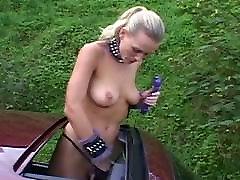 Pohoten kurba masturbates po vožnje Porsche
