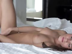 brunetky sólo masturbace na pohovce