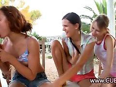 Trio piščancev, ki imajo spolne odnose z srečen teen