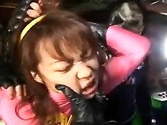 Boja proti kriminalu dekle v roza je nanizani up, ki prikazuje njen velik