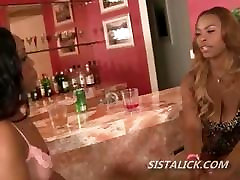 Must tüdruk armastab lakkuda ebony kiisu oma lesbi babe väljavalitu
