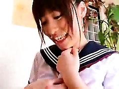 Dve vabljiv in pohoten Azijskih schoolgirls bruce lanser poljubi