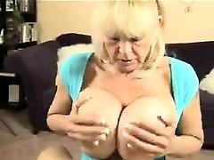 Babica s prsmi ponudniki, ki so melona penis
