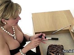 Adulterous britų milf ponia sonia rodo savo big naturals