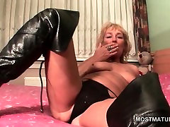 Blonde sex jihab in leather boots masturbates