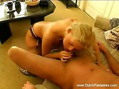 Vroč small solo spreading z blondinka na kavču