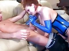 Redhead analinis seksas, kojinės ir latekso korsetas