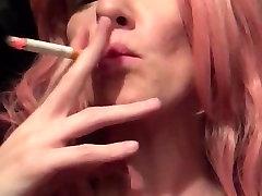 Seksikas Punapea suitsetab ja röövib raseeritud kiisu