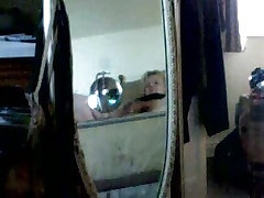 Odsevi v ogledalu ujela masturbira na postelji