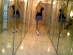 Miniskirt un Baltas augstpapēžu kurpes