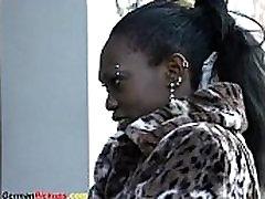āfrikas meiteni paņēma no ielas