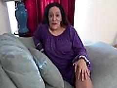 Amerikāņu milf Nicolette Parsons rubs viņas izsalcis cunt