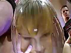 Cute blond kurba lepljivo umazano cum na obrazu v orgiji noči