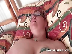 Mature BBW vibrating her horny cunt