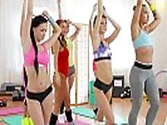 FitnessRooms Lezbijke, troje za vroče in prepotenih telovadnici bejbe
