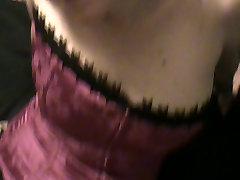 žmona rožinės spalvos korsetas, rožinės kojinės ir aukštakulniai