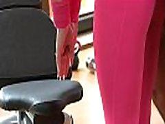 FitnessRooms Jõusaalis juhendaja tõmbab alla tema jooga püksid sugu