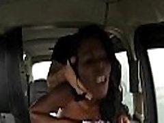 Busty eebenipuu naine keppis poolt võltsitud juhi tagaistmel