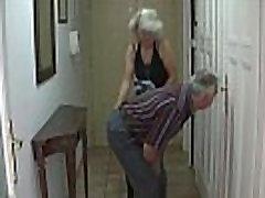Vaikinas randa savo sušikti savo senus tėvus