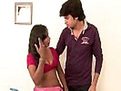 Sexy indickej b-trieda scény. Desi slúžka má jej prsia stlačené pekne