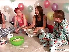 Pijama sexparty tüdrukud mängima tõde või julge