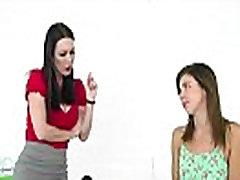Seksikas brünett teen Tara saab nikutud oma stepmum