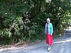 Ta korjab üles ja tukk 80 aastane vanaema väljaspool