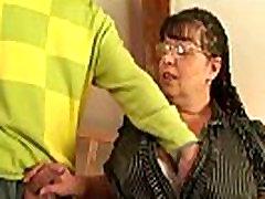 Nerdy sena močiutė yra įlaipinami ir pakliuvom