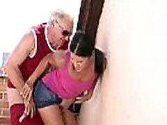 Viņš nozvejas viņas krāpšanos ar viņa vecais tētis