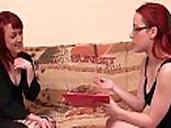 Mazo titted franču rudmatis anālais pievienots viņas amatieru liešanas dīvāna